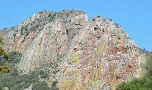 Roque de peña falcon en el mirador del salto del gitano en el parque nacional de monfrague